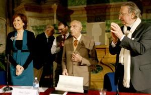 Gillo Dorfles, al centro, mostra la pergamena della laurea honoris causa