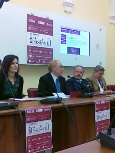Il rettore Luigi Lacchè, al centro, durante la conferenza stampa di presentazione di UNIfestival