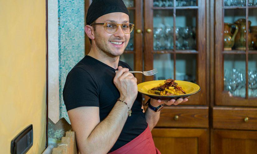 Foto Penne pomodoro secco cipolla e salame piccante.