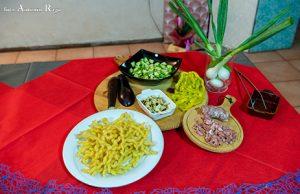 Foto ingredienti fusilli con verdure miste e salsiccia