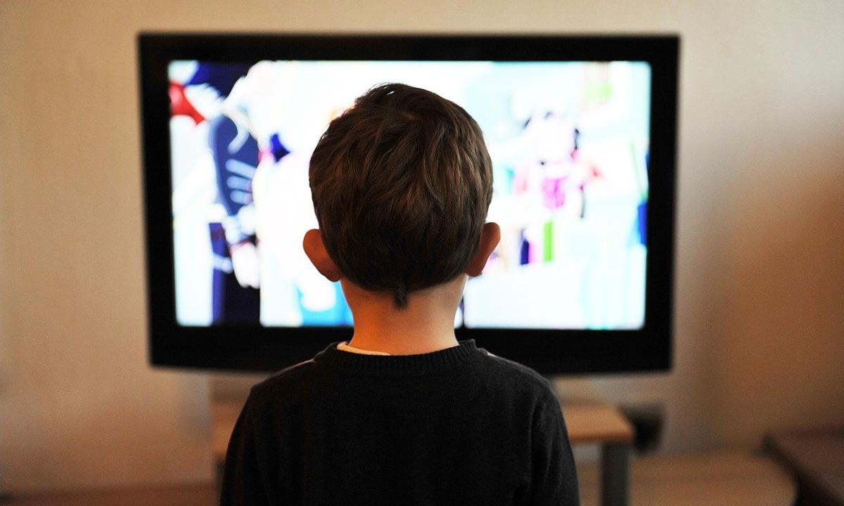 Bambini davanti alla tv e cartoni